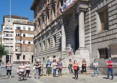 Lavoratrici ausiliarie del nido senza stipendio, sit-in di protesta davanti al Municipio di Monza