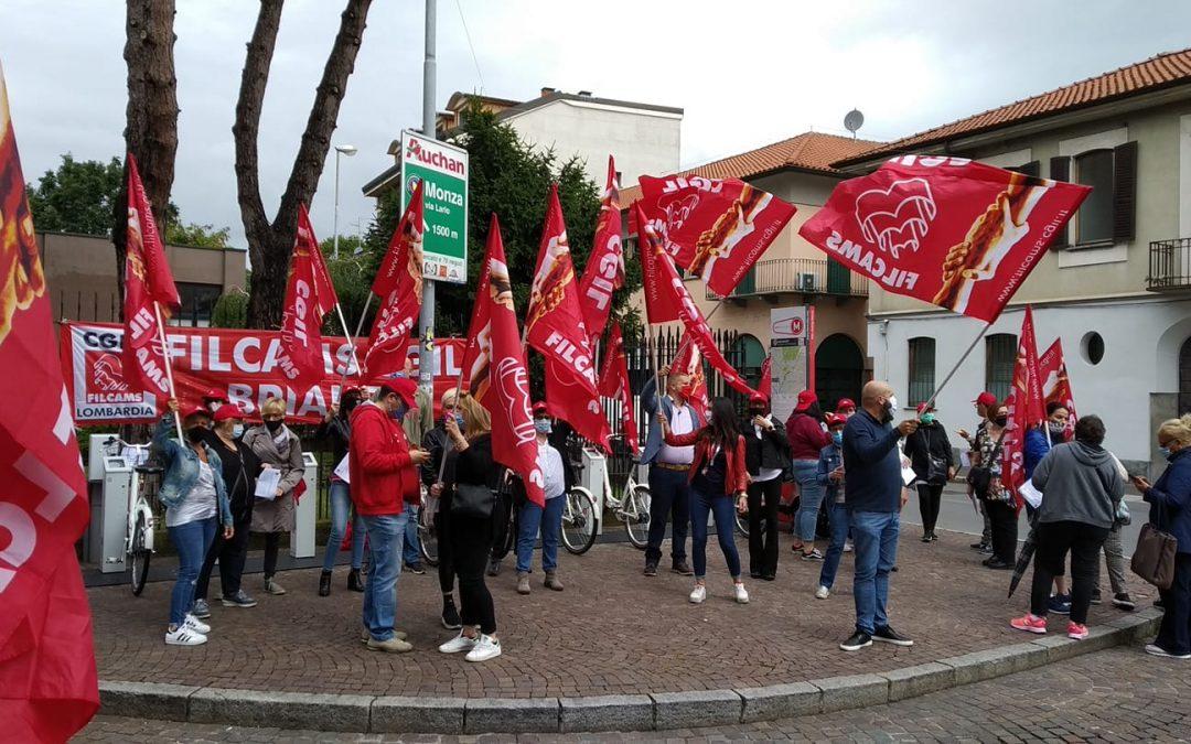 Presidio delle lavoratrici delle mense scolastiche di Monza e Brianza davanti alla prefettura